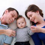 famille avec enfant respirant le bonheur de vivre dans une ville du Québec