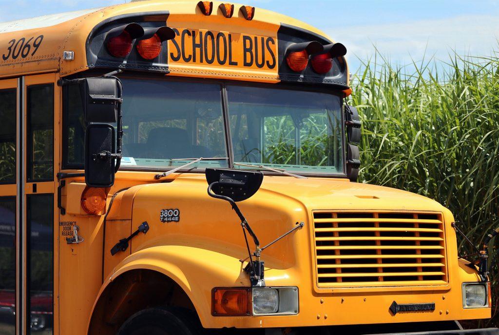 Bus scolaire jaune traditionnel dans les école maternelles, primaires et secondaires au Québec