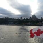 le drapeau canadien avec vue sur la ville de Québec qui symbolise l'immigration au Canada