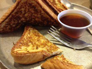 un bon petit déjeuner québécois avec toast et crèpes au sirop d'érable typique du Québec