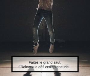 Un jeune entrepreneur issu de l.immigration saute en l'air pour illustrer l'entrepreneuriat immigrant et le fait de se lancer en entreprise au Québec.