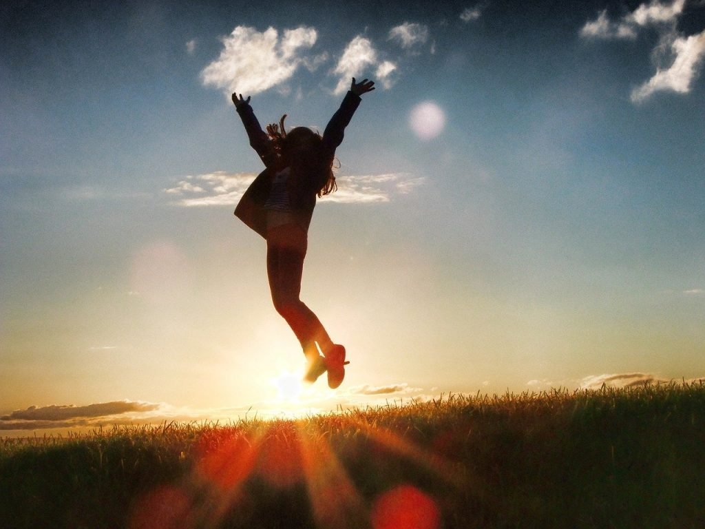 Une employée qui saute en l'air, heureuse de travailler dans une entreprise canadienne qui figure au top 100 du classement 2021 des meilleurs employeurs canadiens